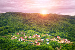 Живописный ландшафт в горном селе на заходе солнца стоковое изображение