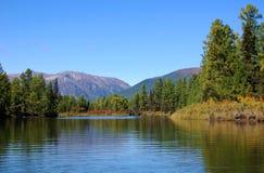 Живописный ландшафт реки горы Стоковая Фотография