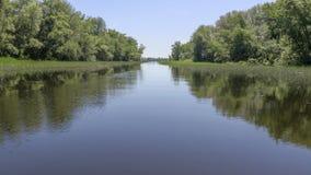 Живописный ландшафт реки Фотографировать от кормки корабля Ясные голубое небо и вода затишья реки Стоковое Изображение