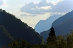 Живописный ландшафт с горами Кавказа русского Стоковое Изображение