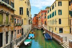 Живописный взгляд канала Венеции с мостами и шлюпками Венеция популярное туристское назначение Европы в северной Италии стоковые изображения