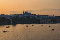 Живописный взгляд на hrad замка, Prazsky Праги в реке чеха, и Влтавы Маленькие лодки и катамараны Стоковое Изображение RF