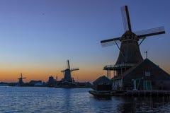 Живописный взгляд традиционных голландских ветрянок на заходе солнца во время золотого часа Стоковое Изображение RF
