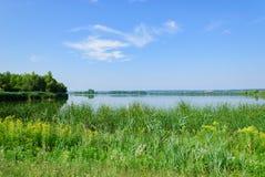 Живописный вид на озеро в зеленом цвете Стоковые Изображения