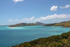 Живописный голубой океан на белом пляже гавани стоковые фото