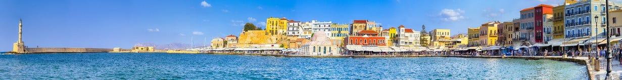 Живописный городской пейзаж прогулки прогулки Chania центральный и старый город со старым венецианским портом в Крите, Греции стоковая фотография rf