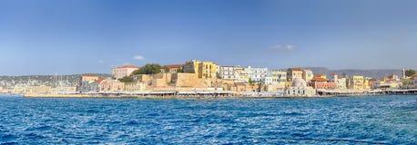 Живописный городской пейзаж Chania и старый город со старым венецианским портом в Крите, Греции стоковые фотографии rf