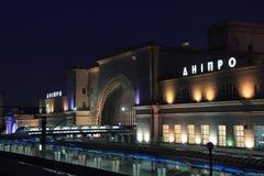 Живописный железнодорожный вокзал в городе Dnipro на ноче, Украине Стоковая Фотография RF