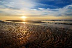 Живописный заход солнца на пляже стоковые фотографии rf