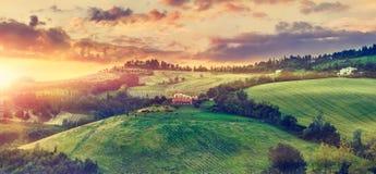Живописный заход солнца над солнечностью Италией зеленых холмов Стоковые Фото