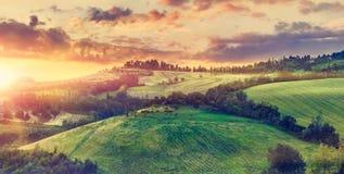 Живописный заход солнца над солнечностью Италией зеленых холмов Стоковое фото RF