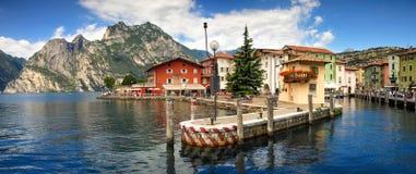 Живописный итальянский городок деревни на прибрежной полосе озера озера Garda Стоковые Фотографии RF