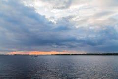 Живописный ландшафт реки на заходе солнца Река Волга, город самары, Россия Прогулочный катер реки Стоковое Изображение