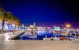 Живописный пейзаж портового района и гавани в разделении, Хорватии стоковые изображения rf