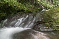 Живописный поток горы, вдоль песни ka ¡ haidouÅ стоковые фото