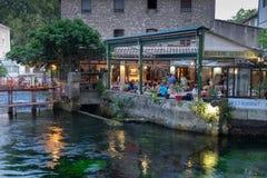 Живописный ресторан на воде на Fontaine-de-Воклюз стоковое изображение rf