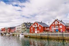 Живописный рыбацкий поселок Henningsvaer на островах Lofoten внутри стоковые изображения