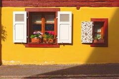 Живописный фасад старого здания в Kaysersberg, Эльзасе, Франции Стоковые Фотографии RF