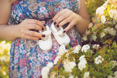Живот беременной женщины держа добычи младенца здоровая стельность Newborn добычи младенца в руках родителей беременная женщина Стоковая Фотография