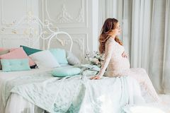 Живот беременной беременной женщины красоты Стоковая Фотография RF