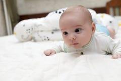 живот младенца его лежать Стоковые Изображения