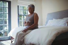 Живот расстроенной старшей женщины касающий дома Стоковые Фотографии RF