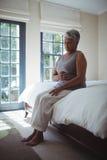 Живот расстроенной старшей женщины касающий дома Стоковая Фотография