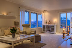 Живущая комната в новом роскошном доме Стоковые Фотографии RF