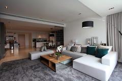 Живущая комната в роскошном кондо в Куалае-Лумпур Стоковое Изображение