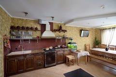 Живущая комната и кухня в стиле деревни Стоковые Фотографии RF