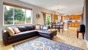 Живущая комната и кухня с столовой Стоковое Фото