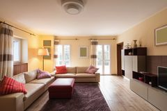 Живущая комната обеспеченная в современной квартире Стоковые Изображения RF
