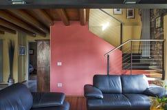 Живущая комната роскошной квартиры Стоковые Фотографии RF