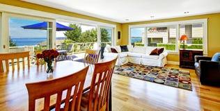 Живущая комната с взглядом палубы и залива выхода Недвижимость Tacoma, Стоковые Фото