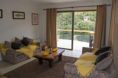 Живущая комната с горными видами стоковое изображение rf