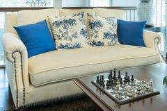 Живущая комната с голубой картиной pillows на софе и decorat Стоковая Фотография RF