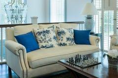 Живущая комната с голубой картиной pillows на софе Стоковое Изображение RF