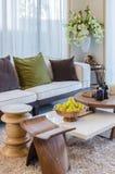 Живущая комната с деревянными мебелью и цветком Стоковая Фотография