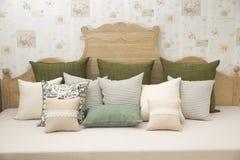 Живущая комната с зелеными валиками подушки на софе Стоковые Изображения RF