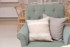 Живущая комната с зелеными валиками подушки на софе Стоковое Фото