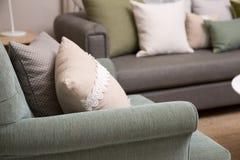 Живущая комната с зелеными валиками подушки на софе Стоковое Изображение RF