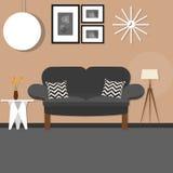Живущая комната с смертной казнью через повешение стола софы малой и стоящая лампа коричневеют темноту стены Стоковые Фото