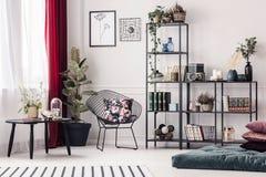 Живущая комната с шкафом металла стоковое фото rf