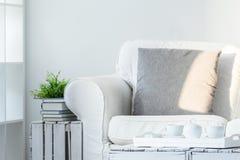 Живущая комната с DIY, деревянная мебель стоковое фото