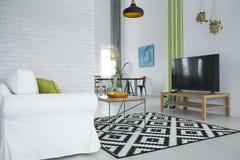 Живущая комната с TV стоковые изображения rf
