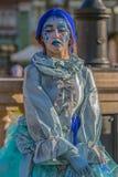 Живущая статуя женщины одела с элементами зимы Стоковая Фотография