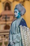Живущая статуя женщины одела с элементами зимы Стоковое Фото