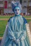 Живущая статуя женщины одела с элементами зимы Стоковое фото RF