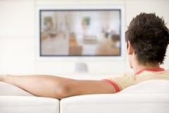 живущий наблюдать телевидения комнаты человека стоковая фотография