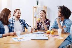 Живые запальчиво шутливые люди наслаждаясь группой беседуют Стоковое Фото